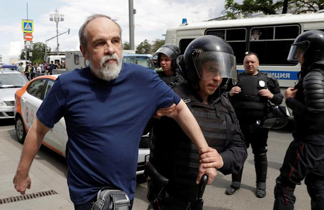 <p>Riot police detain a man during an anti-corruption protest organised by opposition leader Alexei Navalny, in central Moscow, Russia, June 12, 2017. (Maxim Shemetov/Reuters) </p>