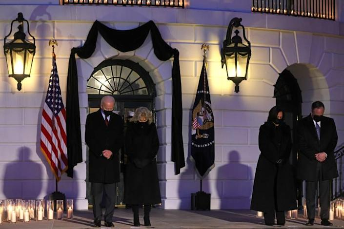 WASHINGTON, DC - FEBRUARY 22: (L-R) U.S. President Joe Biden, first lady Jill Biden, Vice President Kamala Harris and husband Doug Emhoff participate in a moment of silence at sundown in the South Portico of the White House February 22, 2021 in Washington, DC. The four held a candlelight ceremony to mark the more than 500,000 lives lost in the U.S. to COVID-19 since the pandemic hit. (Photo by Alex Wong/Getty Images)