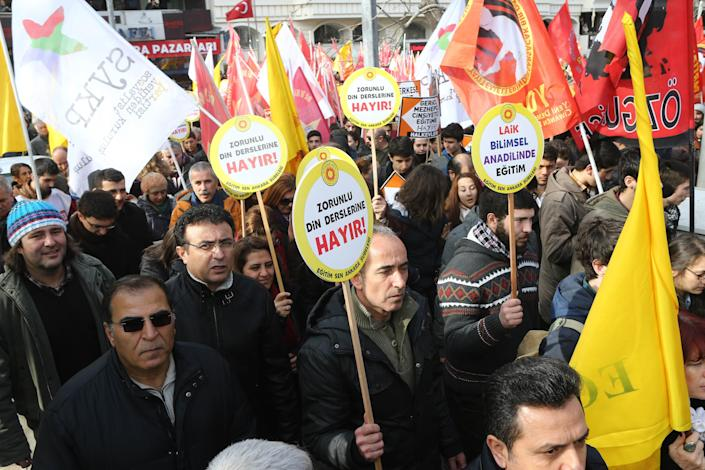 Members of the Turkish education unions protest against the government's education policies in Ankara, on February 13, 2015 (AFP Photo/Adem Altan)