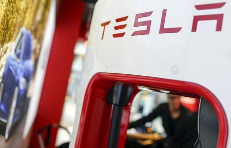 A Tesla logo is seen in the dealership in Berlin, Germany, November 18, 2015. REUTERS/Hannibal Hanschke  - RTS7VPE
