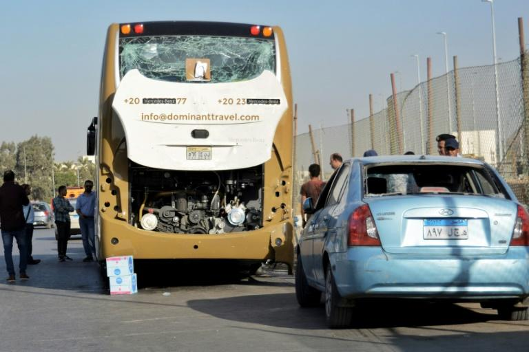A roadside bomb has hit a bus carrying South African tourists and a nearby car carrying Egyptians in Giza near Egypt's famed Giza pyramids, leaving some of them injured