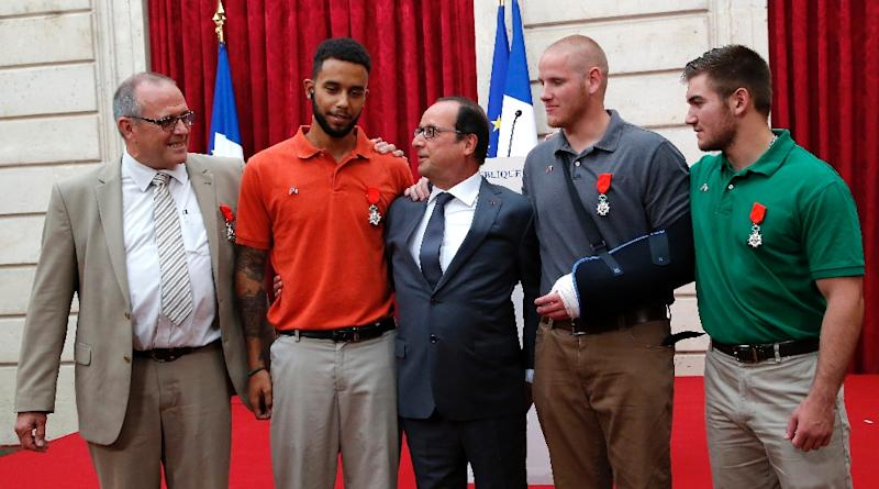 French President Francois Hollande (C) poses with (LtoR) Briton Chris Norman and Americans Anthony Sadler, Spencer Stone and Alek Skarlatos during a reception on August 24, 2015 in Paris, after Hollande awwarded them the Legion d'Honneur medal (AFP Photo/Michel Euler)