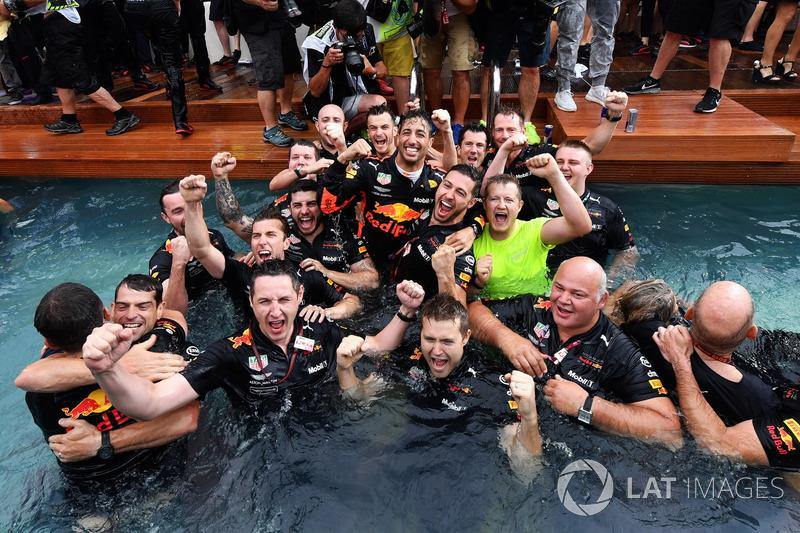 """Race winner Daniel Ricciardo, Red Bull Racing celebrates with the team in the Red Bull Energy Station swimming pool<span class=""""copyright"""">Motorsport.com</span>"""
