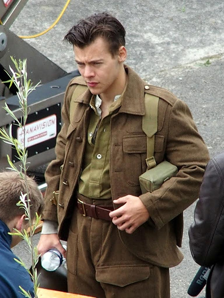 Harry Styles Shows Off His Short Hair on the Set of \u0027Dunkirk\u0027