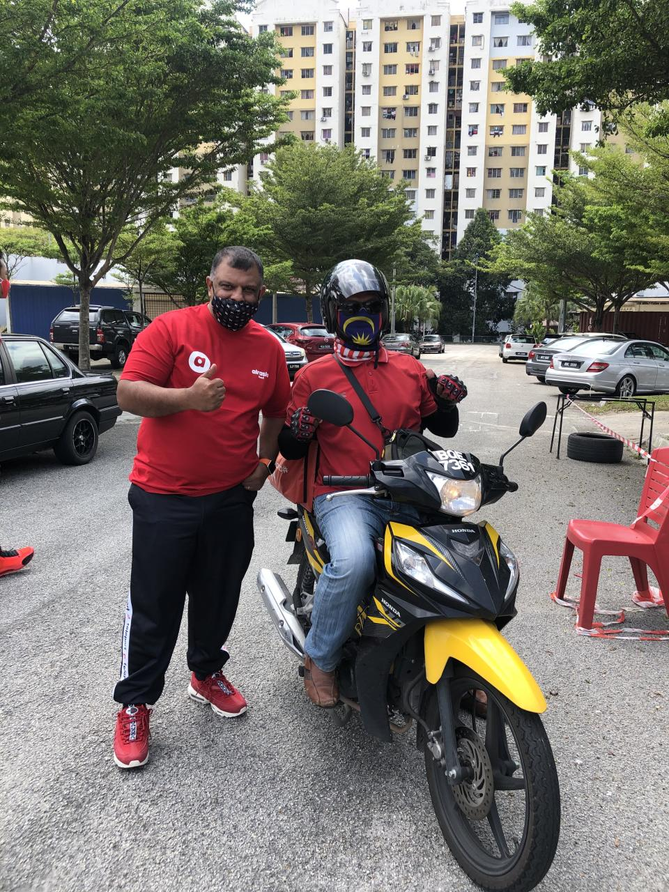 Tony Fernandes, CEO AirAsia Group, poses with a rider. (PHOTO: AirAsia)
