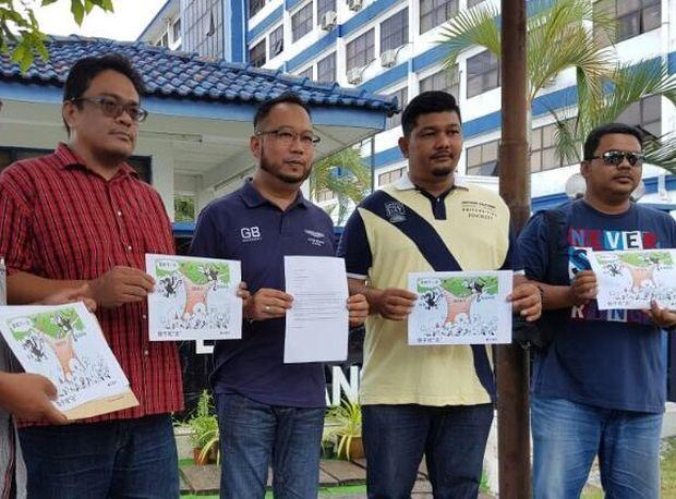 Jasmin (second from left) says action must be taken against Nanyang over the controversial cartoon.— Picture by Opalyn Mok