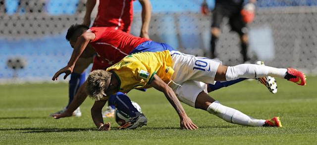Brazil's Neymar fights for the ball with Chile's Mauricio Isla during the World Cup round of 16 soccer match between Brazil and Chile at the Mineirao Stadium in Belo Horizonte, Brazil, Saturday, June 28, 2014. (AP Photo/Frank Augstein)