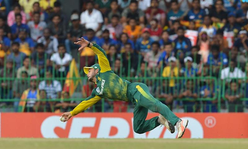 South Africa's JP Duminy show his athleticism in the field