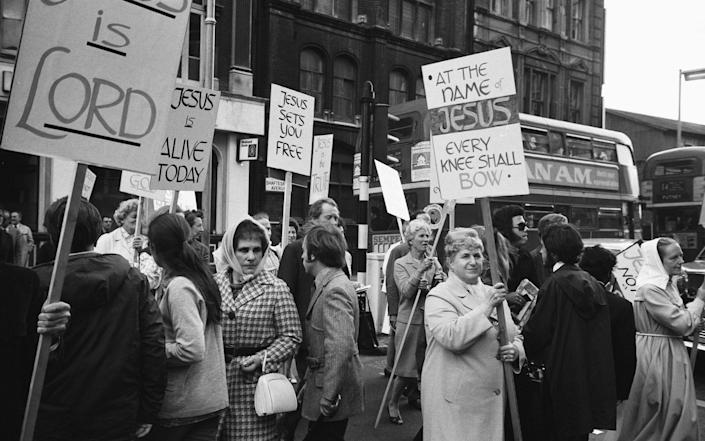 Demonstrators and stars mingle outside the Palace Theatre, Cambridge Circus on opening night in 1972 - Trinity Mirror / Mirrorpix / Alamy Stock Photo