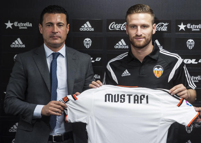 Valencia's new defender Shkodran Mustafi (R) poses for a photo with the team's president Amadeo Salvo during his official presentation, in Valencia, on August 7, 2014 (AFP Photo/Jose Jordan)