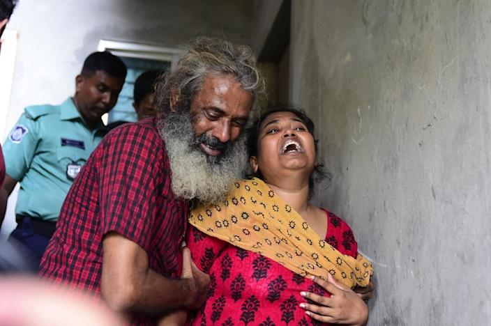 Asha Moni (R), the wife of murdered Bangladeshi blogger Niloy Chakrabarti, who used the pen-name Niloy Neel, weeps outside her home in Dhaka on August 8, 2015 (AFP Photo/Munir Uz Zaman)