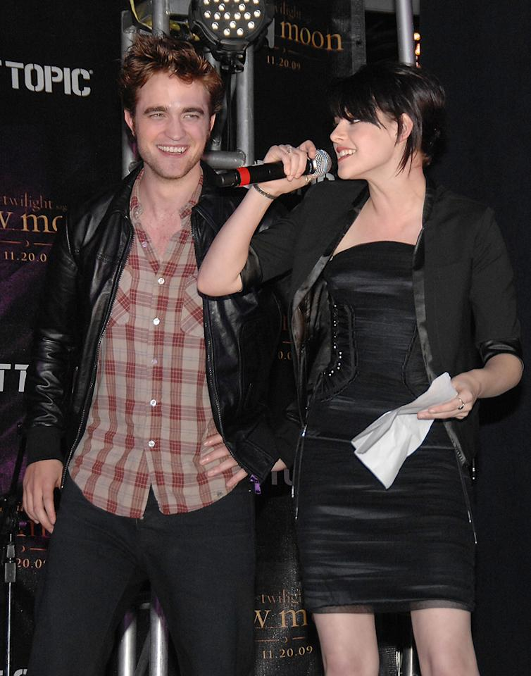 """<a href=""""http://movies.yahoo.com/movie/contributor/1808623206"""">Robert Pattinson</a> and <a href=""""http://movies.yahoo.com/movie/contributor/1807776250"""">Kristen Stewart</a> attend the <a href=""""http://movies.yahoo.com/movie/1810055802/info"""">The Twilight Saga: New Moon</a> cast tour in Hollywood, CA - 11/06/2009"""