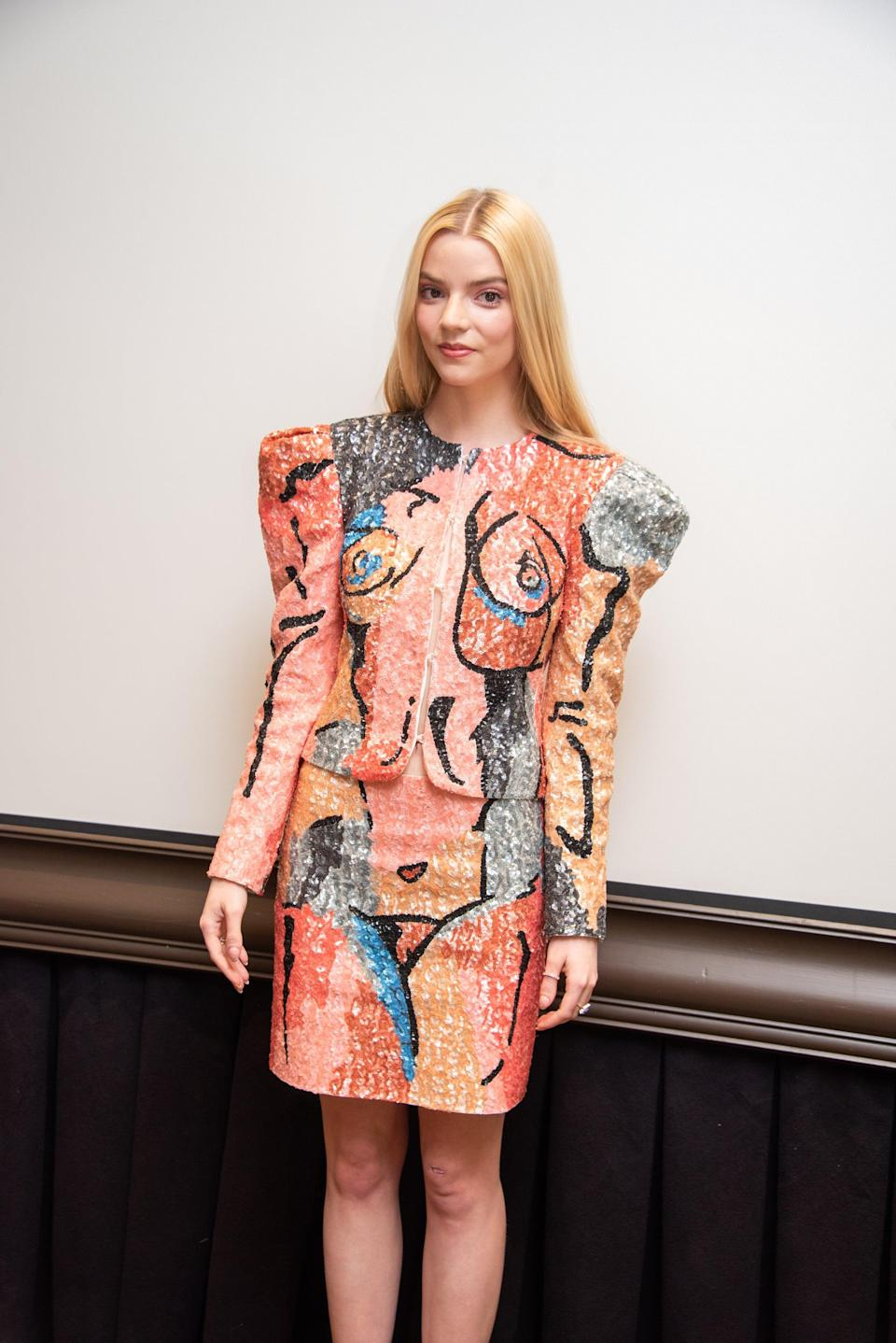<p>Anya wore a graphic sequined skirt set with strong shoulders.</p>