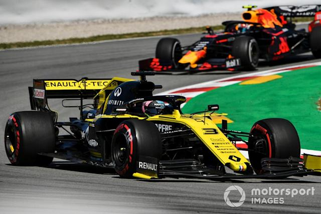 "Daniel Ricciardo, Renault R.S.19, y Pierre Gasly, Red Bull Racing RB15 <span class=""copyright"">Mark Sutton / Sutton Images</span>"