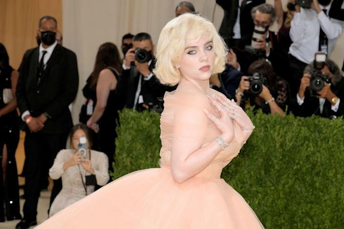 <p>We gasped when we caught a glimpse of Billie Eilish in her full Old Hollywood persona. Marilyn Monroe hair and a soft, matte, peachy beauty look are an exquisite combination. </p>