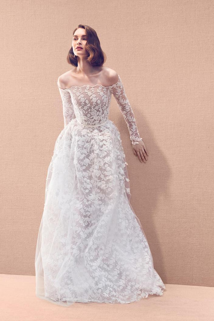 <p>Highlight those curves with a gown that has a fitted top and full bottom, like this one from Oscar de la Renta.</p>