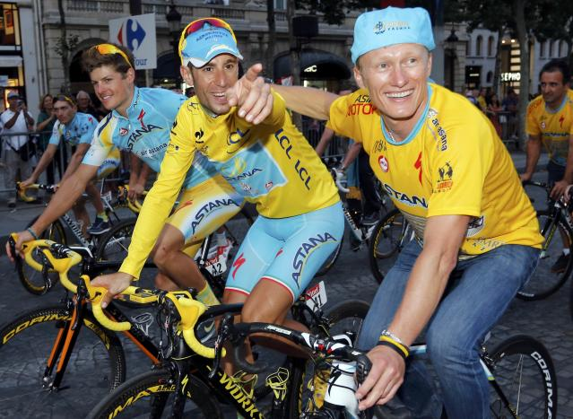 Astana team rider Vincenzo Nibali (L) of Italy celebrates with team manager Alexandre Vinokourov of Kazakhstan as they parade to celebrates his overall victory after the 137.5 km final stage of the 2014 Tour de France, from Evry to Paris Champs Elysees, July 27, 2014. REUTERS/Jean-Paul Pelissier (FRANCE - Tags: SPORT CYCLING)