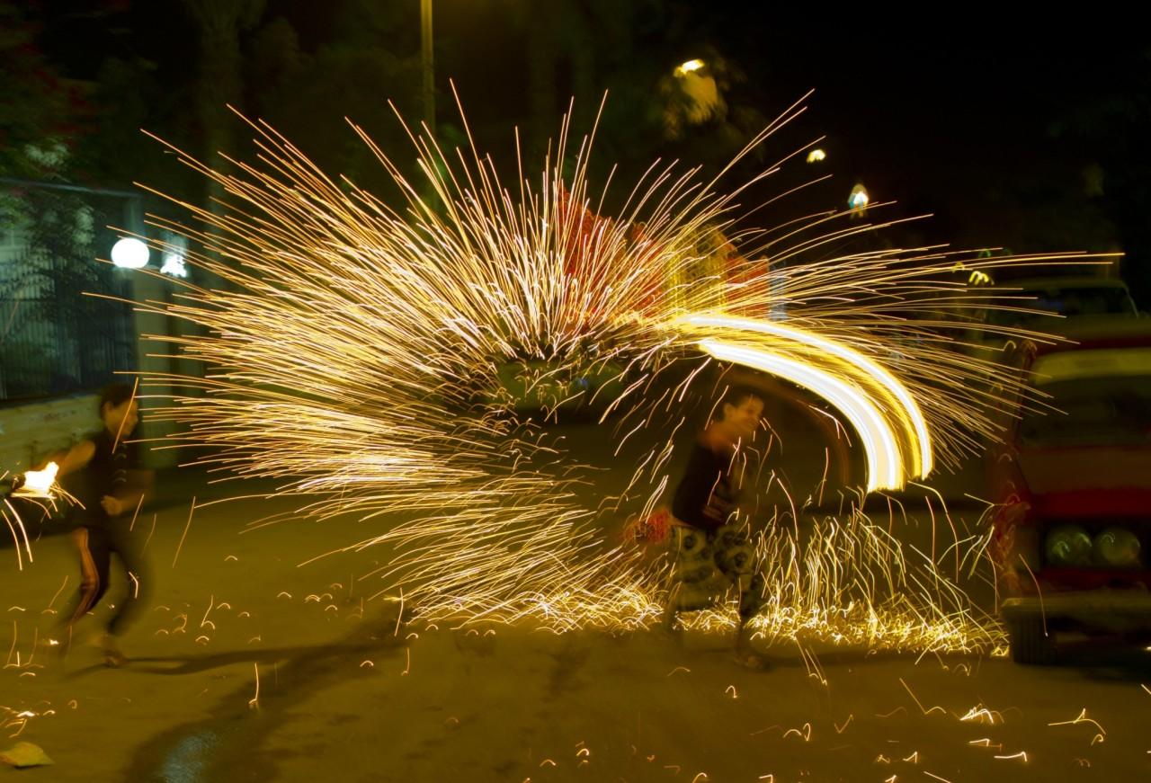 <p>Egyptians play with fireworks as they celebrate the holy month of Ramadan in Cairo, June 7, 2016. (AP/Amr Nabil) </p>