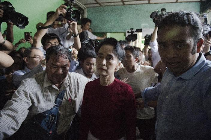 Myanmar's opposition leader and head of the National League for Democracy (NLD), Aung San Suu Kyi, leaves a polling station after casting her vote in Yangon, on November 8, 2015 (AFP Photo/Nicolas Asfouri)