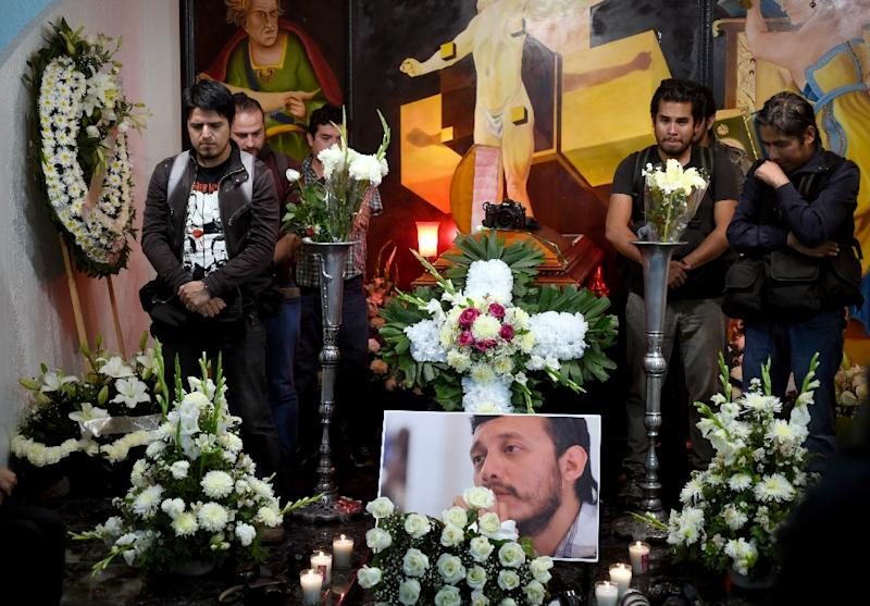 Photojournalists attend the funeral service of their murdered colleague Ruben Espinosa, in Mexico City, on August 2, 2015 (AFP Photo/Alfredo Estrella)