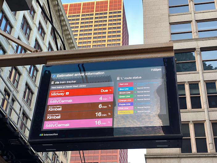 a screen that displays train arrival times in the chicago