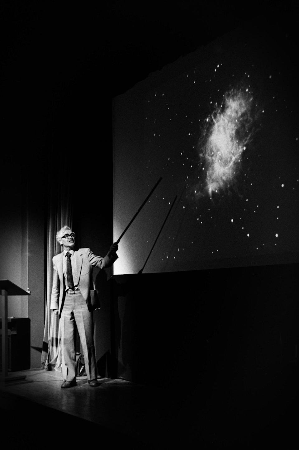 Hewish lecturing at Boston Astronomers conference in Lincolnshire in 1987 with a slide of the Crab Nebula - Alamy