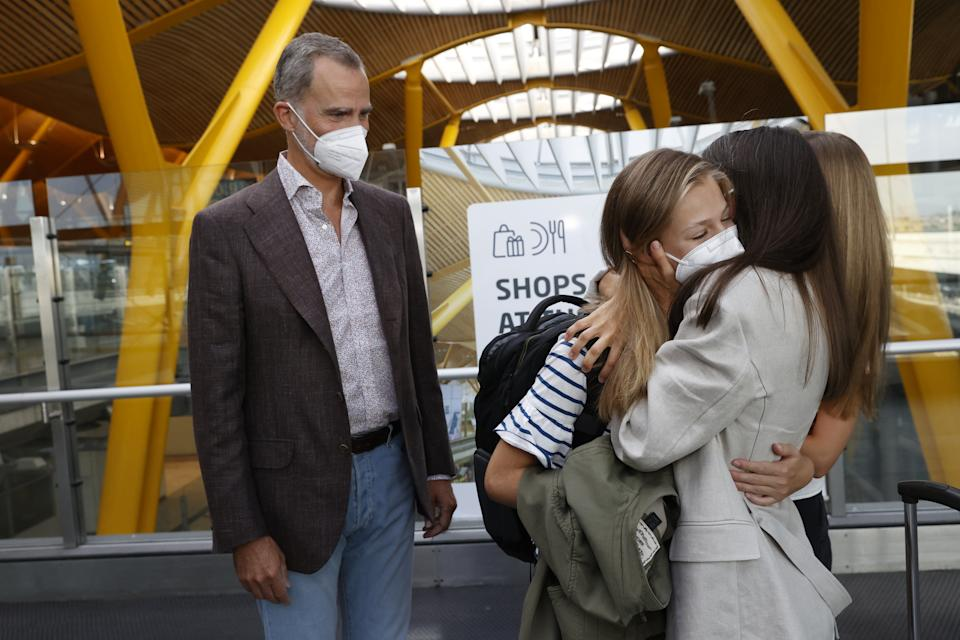 MADRID, SPAIN - AUGUST 30: In this handout image provided by the Royal Household, Crown Princess Leonor of Spain says goodbye to her parents King Felipe VI of Spain, Queen Letizia of Spain and sister Princess Sofia of Spain at the Madrid airport before traveling to Wales to start her school year at UWC Atlantic College on August 30, 2021 in Madrid, Spain. (Photo by Spanish Royal Household via Getty Images)