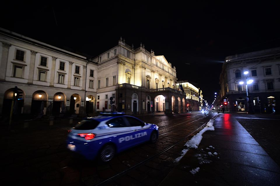 MILAN, ITALY - DECEMBER 31: A view of Piazza della Scala with a police car on December 31, 2020 in Milan, Italy. Italy is in red zone and curfew by 10 PM and has banned travel and midnight mass during the Christmas and New Years period as the daily coronavirus death toll continues to rise. (Photo by Pier Marco Tacca/Anadolu Agency via Getty Images) (Photo: Anadolu Agency via Getty Images)
