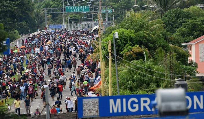 Honduran migrants taking part in a caravan heading to the US arrive at a border crossing point with Mexico in Ciudad Tecun Uman, Guatemala on October 19, 2018 (AFP Photo/ORLANDO SIERRA)