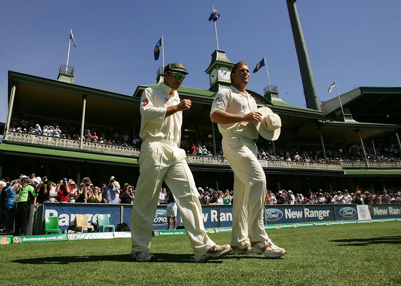 SYDNEY, AUSTRALIA - JANUARY 05:  Justin Langer and Shane Warne of Australia walk on to field at the SCG in their last test match during day four of the fifth Ashes Test Match between Australia and England at the Sydney Cricket Ground on January 5, 2007 in Sydney, Australia.  (Photo by Hamish Blair/Getty Images)
