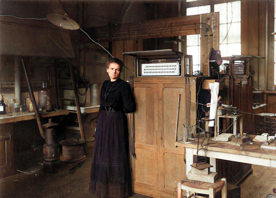 "<span class=""caption"">Fotografía coloreada de Marie Curie en su laboratorio.</span> <span class=""attribution""><a class=""link rapid-noclick-resp"" href=""https://commons.wikimedia.org/wiki/File:Marie-curie-colorised.jpg"" rel=""nofollow noopener"" target=""_blank"" data-ylk=""slk:Wikimedia Commons / VictoriaKC"">Wikimedia Commons / VictoriaKC</a>, <a class=""link rapid-noclick-resp"" href=""http://creativecommons.org/licenses/by-nc-sa/4.0/"" rel=""nofollow noopener"" target=""_blank"" data-ylk=""slk:CC BY-NC-SA"">CC BY-NC-SA</a></span>"