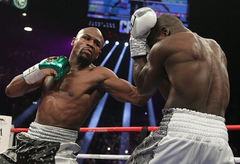 All three judges ruled in Floyd Mayweather's favor and afterwards the American welterweight world champion (L) confirmed that he was retiring