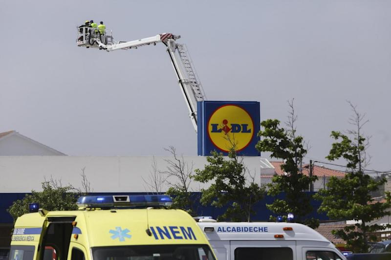 Emergency services at the Lidl in Tires (EPA)