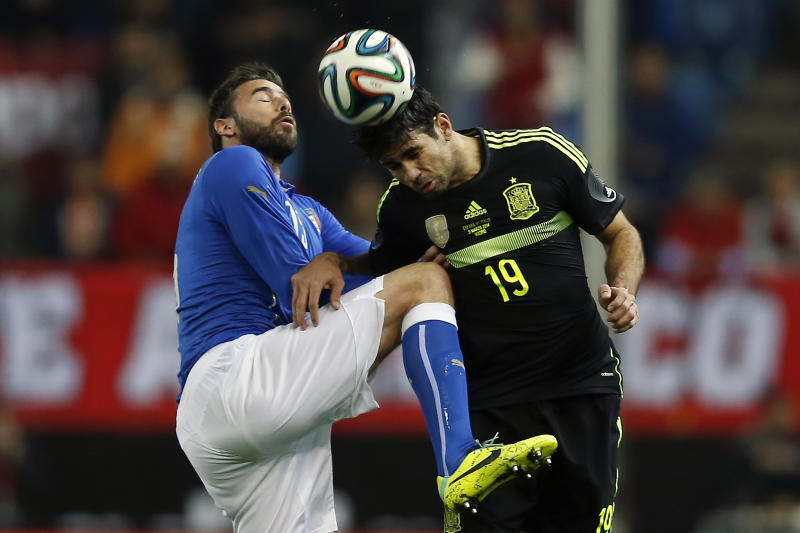 Spain's Diego Costa, right, in action with Italy's Andrea Barzagli, left, during a international friendly soccer match between Spain and Italy at the Vicente Calderon stadium in Madrid, Spain, Wednesday, March 5, 2014. (AP Photo/Andres Kudacki)