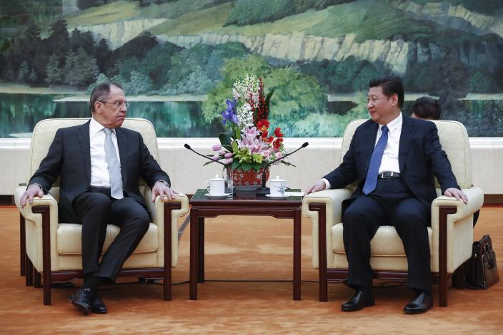 Russian Foreign Minister Sergei Lavrov (L) and Chinese President Xi Jinping hold a meeting at the Great Hall of the People in Beijing on February 2, 2015 (AFP Photo/Rolex Dela Pena)