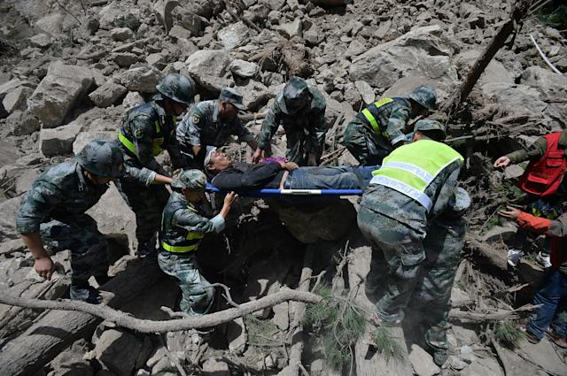 <p>Chinese paramilitary police carry a survivor after an earthquake in Jiuzhaigou county, Ngawa prefecture, Sichuan province, China, Aug. 9, 2017. (Photo: Chengdu Economic Daily/Wang Qin via Reuters) </p>