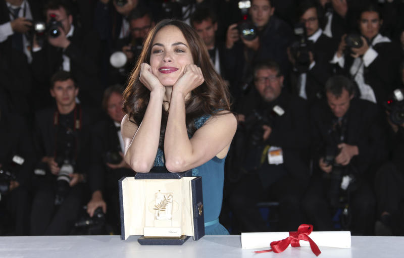 Berenice Bejo poses with the Best Actress award for her role in The Past during a photo call after an awards ceremony at the 66th international film festival, in Cannes, southern France, Sunday, May 26, 2013. (Photo by Joel Ryan/Invision/AP)