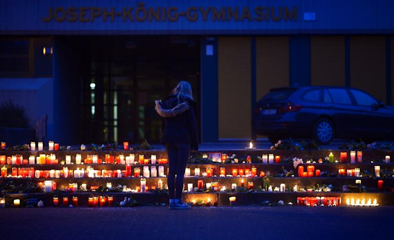 A girl stands at a memorial of flowers and candles in front of the Joseph Koenig Gymnasium secondary school in Haltern am See, western Germany on March 24, 2015 (AFP Photo/Sascha Schuermann)