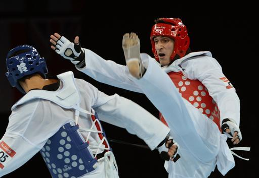 Spain's Nicolas Garcia Hemme (blue) fights against Argentina's Sebastian Eduardo Crismanich during their men's  taekwondo gold medal bout  in the category  under 80 kg as part of the London 2012 Olympic games, on August 10, 2012 at the ExCel centre in London.  AFP PHOTO / TOSHIFUMI KITAMURA