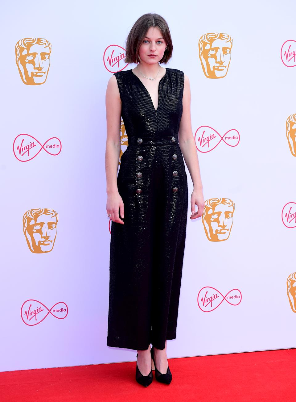 El 12 de mayo de 2019 desfiló por la alfombra roja de los Virgin Media BAFTA TV Awards con un <em>total black look</em>. Aunque su Chanel no era fácil de llevar, Corrin lo defendió con mucho estilo. (Foto: Ian West / PA Images via Getty Images)