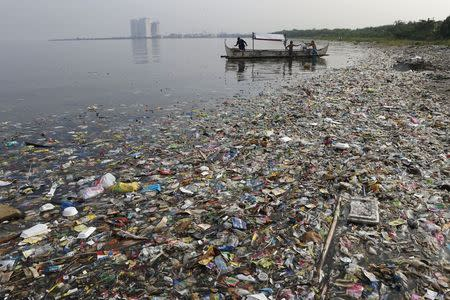 Fishermen prepare to fish, amidst floating garbage off the shore of Manila Bay during World Oceans Day in Paranaque, Metro Manila in this June 8, 2013 file photo.   REUTERS/Erik De Castro
