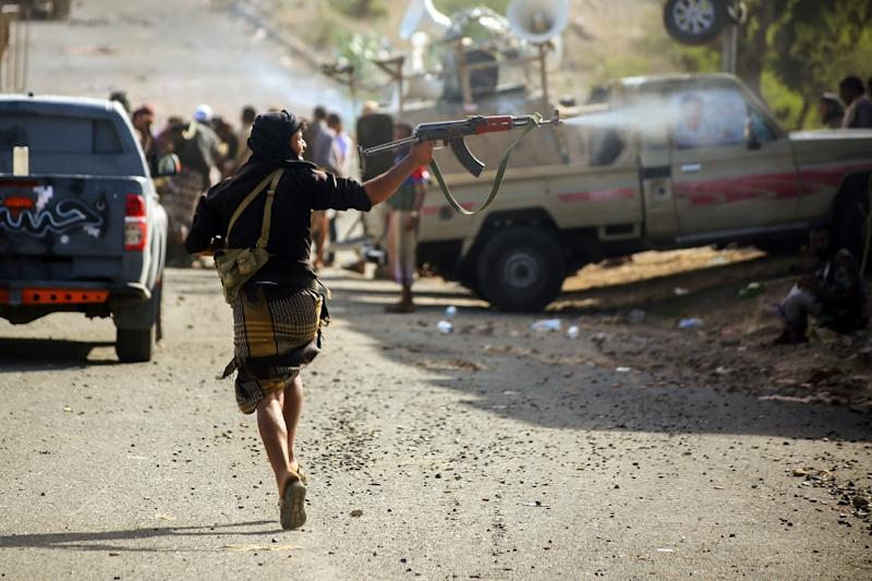 Yemeni tribesmen from the Popular Resistance Committees, supporting forces loyal to Saudi-backed President Abedrabbo Mansour Hadi, during clashes with Shiite Huthi rebels west of Taez on March 21, 2016 (AFP Photo/Ahmad al-Basha)