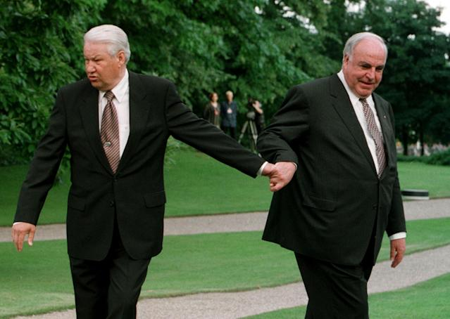 <p>Russian President Boris Yeltsin (L) and German Chancellor Helmut Kohl (R) walk through the gardens of the chancellery in Bonn June 8. Yeltsin is on a two-days official visit to Germany in 1998. (Arnd Wiegmann/Reuters) </p>