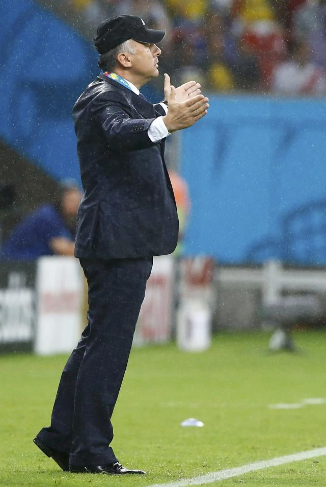 Japan's coach Alberto Zaccheroni gestures from the sidelines during the 2014 World Cup Group C soccer match between Ivory Coast and Japan at the Pernambuco arena in Recife June 14, 2014. REUTERS/Stefano Rellandini ( - Tags: SOCCER SPORT WORLD CUP)