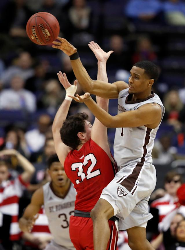 St. Bonaventure guard Idris Taqqee (1) passes the ball over Davidson guard Rusty Reigel (32) during the first half of an NCAA college basketball game in the semifinals of the Atlantic 10 Conference tournament, Saturday, March 10, 2018, in Washington. (AP Photo/Alex Brandon)