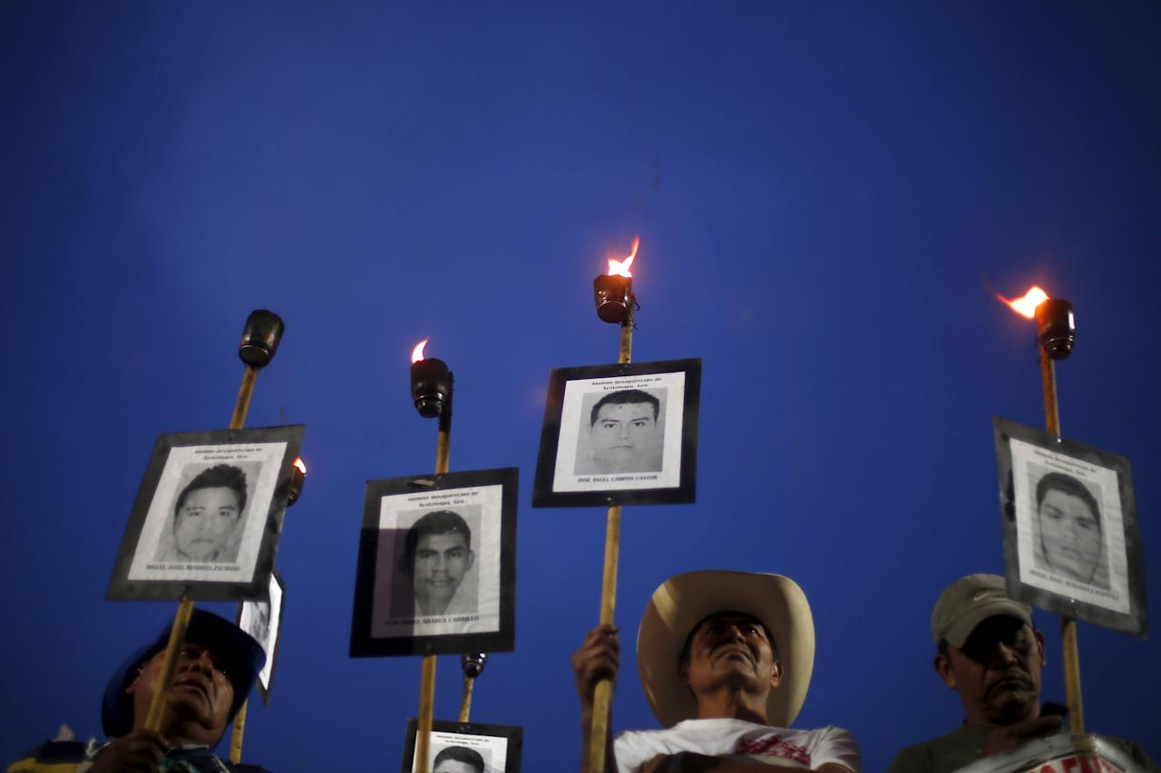 Relatives of the 43 missing students from the Teacher's Training College Ayotzinapa Raul Isidro Burgos hold torches in a march to protest against the government's handling of the investigation in the case of 43 students, to mark the 19-month anniversary of their disappearance, in Mexico City, Mexico, April 26, 2016. REUTERS/Edgard Garrido TPX IMAGES OF THE DAY