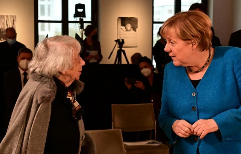 German Chancellor Angela Merkel and Holocaust survivor Margot Friedlaender chat at the Margot Friedlaender Prize 2021 award ceremony to honor young commitment against anti-Semitism, in Berlin on September 20 (AFP/Tobias SCHWARZ)