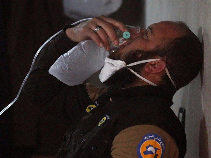 A civil defence member breathes through an oxygen mask, after what rescue workers described as a suspected gas attack in the town of Khan Sheikhoun in rebel-held Idlib, Syria April 4, 2017. REUTERS/Ammar Abdullah