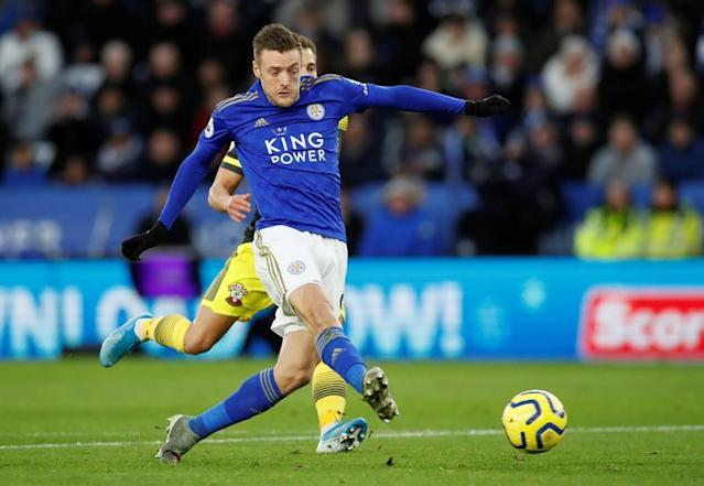 Leicester tombe, Manchester United cartonne Norwich