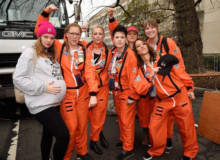 Amber Tamblyn with Amy Schumer and her pals at Women's March on Washington. (Photo: Getty Images)